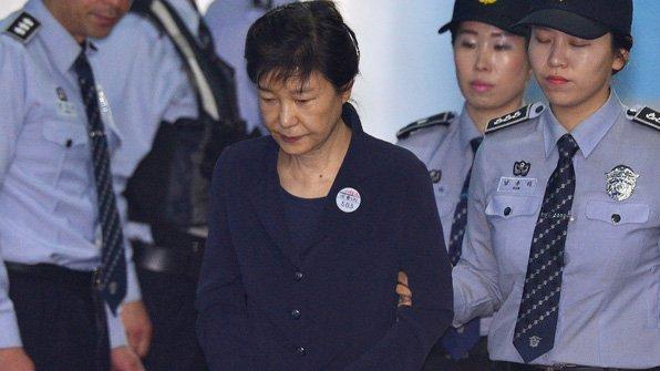 592억 원대의 #뇌물 을 받거나 요구한 혐의 등으로 재판에 넘겨진 #박근혜 전 대통령의 법정 심리가 오늘부터 본격 시작됩니다. https://t.co/x5JZEeVYnk
