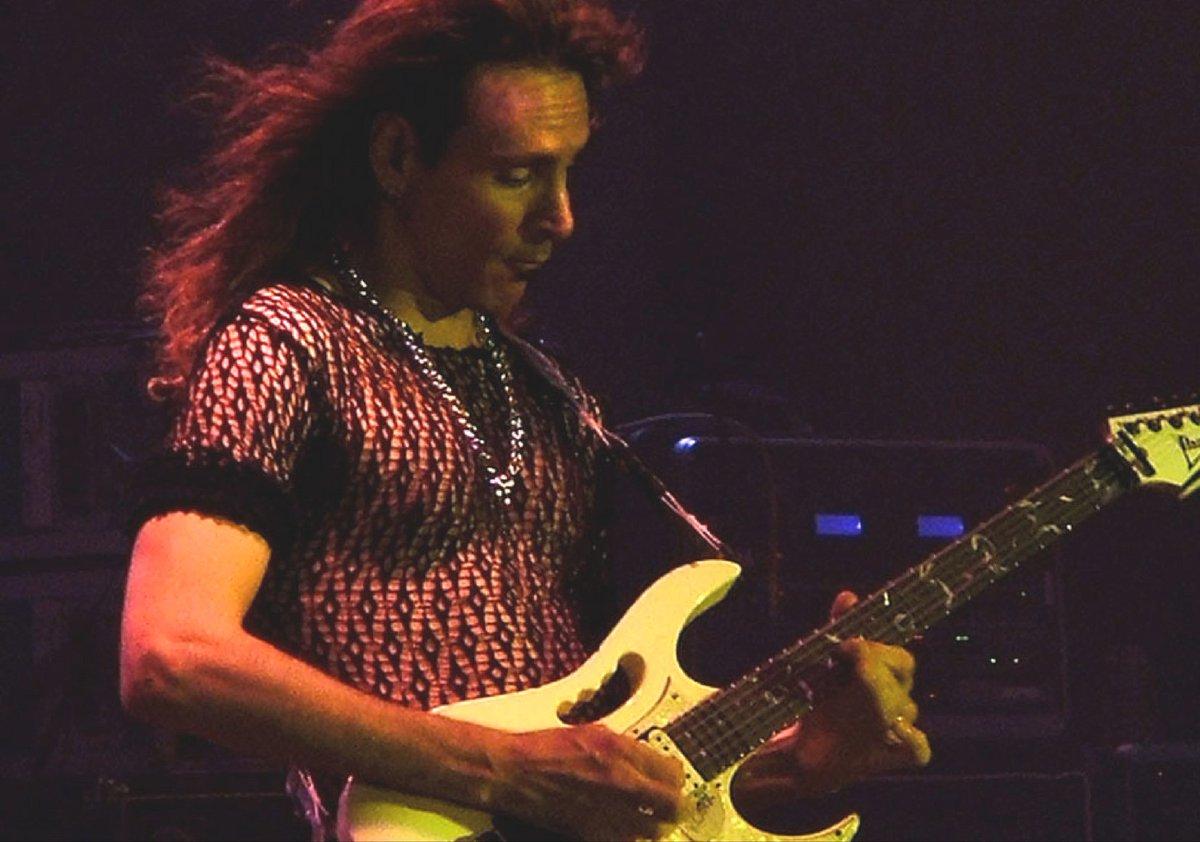 Lee la entrevista que le hicimos previo a su concierto: http://rollingstone.com.mx/musicars/steve-vai-festeja-en-mexico/ …pic.twitter.com/870DNYZLY0