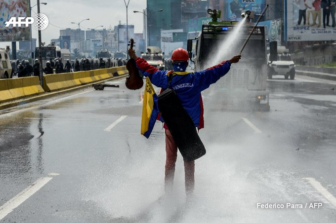An opposition activist plays the violin in front of riot police during a protest in Caracas, Venezuela  https://t.co/awmhVXVOaC