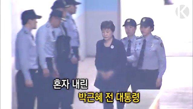 고개 숙인 채 법정 들어가는 #박근혜 전 대통령 #수인번호503 #법원 #두번째 #출석 #올림머리 https://t.co/yTyV5QIZUT