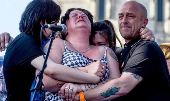 'I don't know what to do' Mother of Manchester bombing victim breaks down at vigil #manchesterbombing #Terror https://t.co/fgG2clqdsp