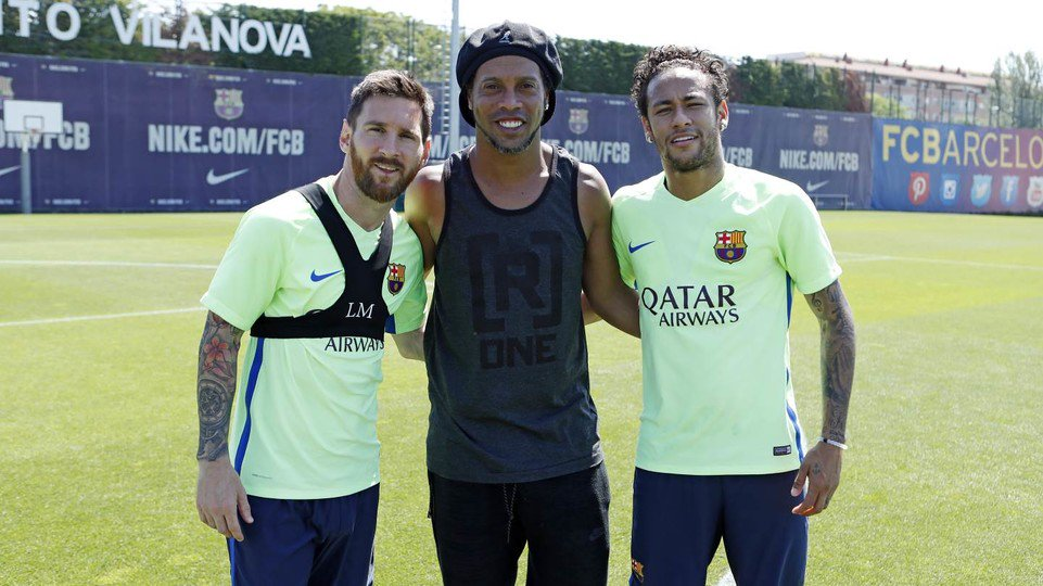 @10Ronaldinho visits the first team in training to wish #Messi, @neymarjr and rest of team luck in #CopaFCB final!  http:// ow.ly/Z2uN30c031J  &nbsp;  <br>http://pic.twitter.com/Z8QcRBRp8K