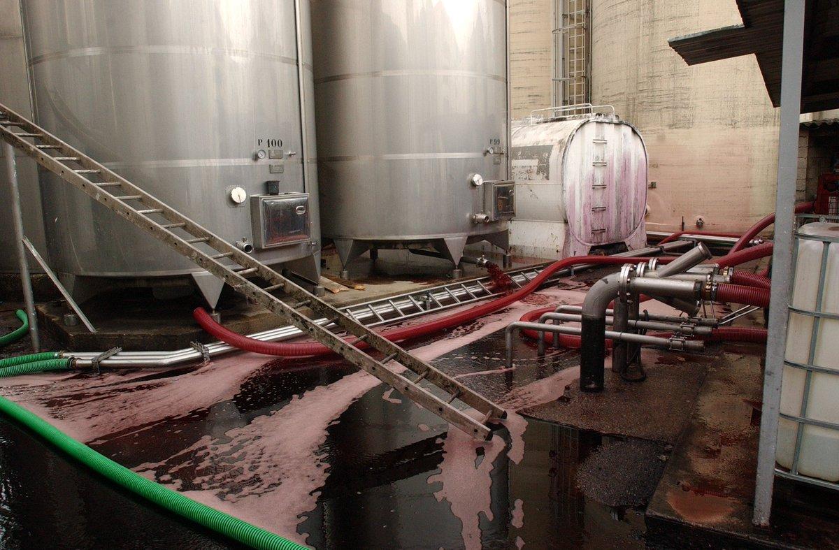 #Aude : six citernes de vin siphonnées par des activistes du #CAV https://t.co/wMrZyJXyWy
