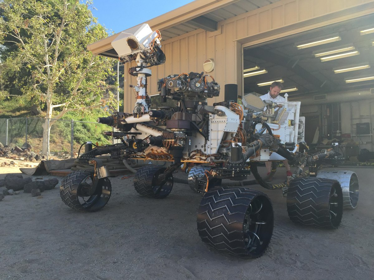 Meet Maggie, the Earth-based copy of @MarsCuriosity, used for validation & testing https://t.co/7XidJ0biPf
