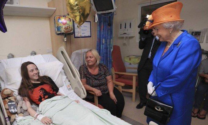 Rainha Elizabeth visita crianças feridas em atentado a Manchester. https://t.co/iJbluK6tgc