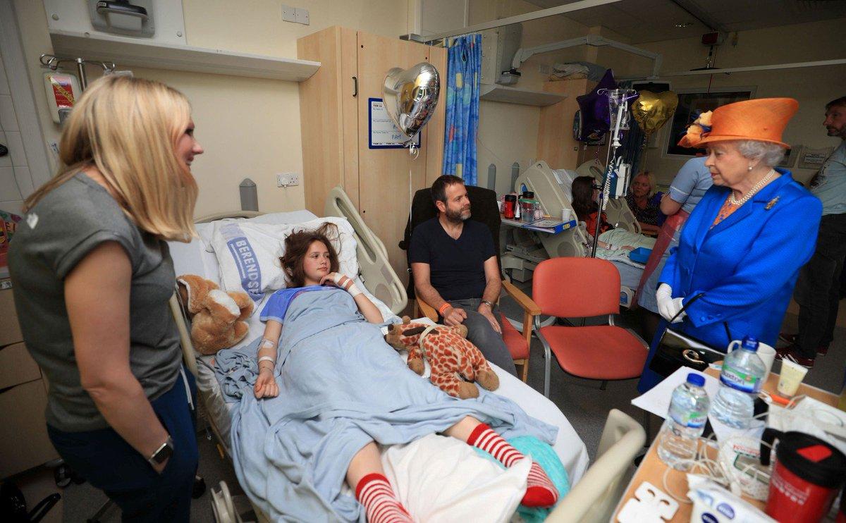 Rainha Elizabeth visita feridos em atentado de Manchester https://t.co/Jr4s9g0RwN #G1