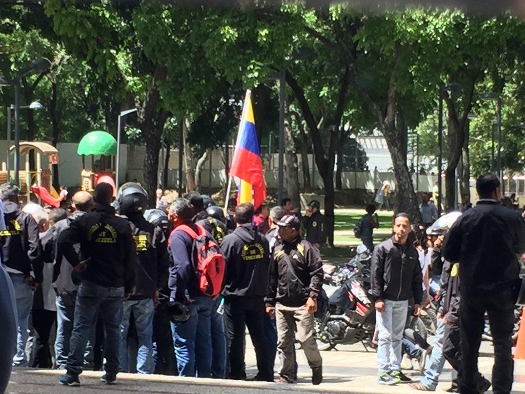 URGENTE SOS Diputados estan rodeados por paramilitares armados en la Fiscalía General de la Republica