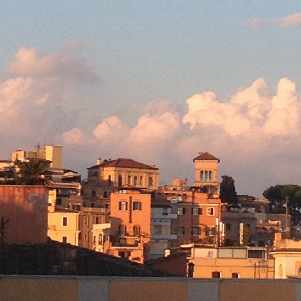 Warm colors wash over #Roma as sun sets <br>http://pic.twitter.com/phwBQNIR69
