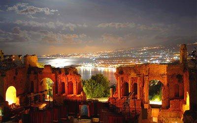 Taormina: splendida favolosa terrazza sul mare di Sicilia. Cosa vedere a Taormina