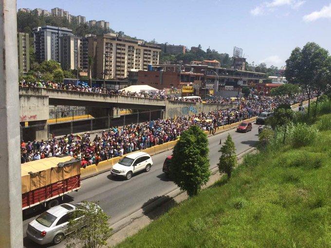 via @comecoco57:   A esta hora 2.15pm. Por la recta de las minas .san Antonio de los Altos. https://t.co/fVZVaFCmBi #Miranda