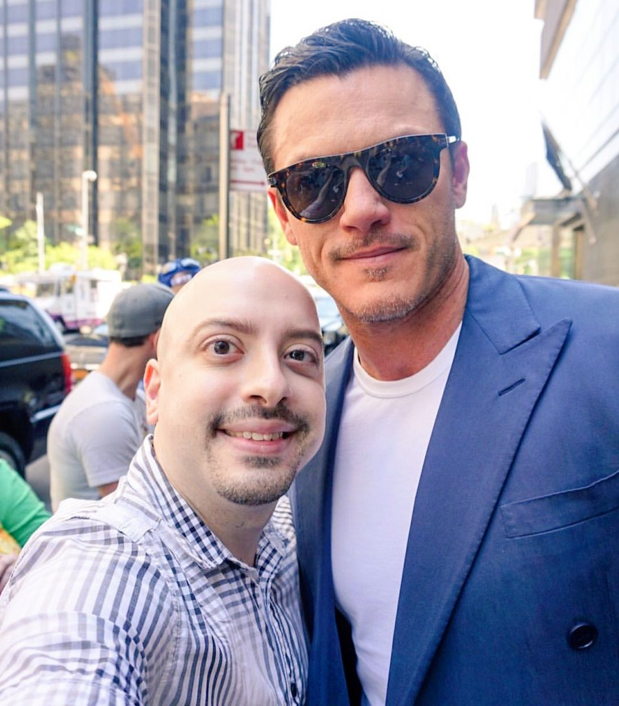 Via @casperfamouznyc Couldn&#39;t resist getting another pic with my Bae @TheRealLukevans  #lukeevans #luketeers #beautyandthebeast #gaston <br>http://pic.twitter.com/ZzFsR1pemi