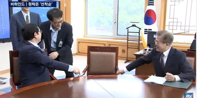 장하성은 대통령의 옆자리가 어색했다(영상) https://t.co/5CPgIJkWCN 교수님 옆자리에 앉기 어색한 학생의 마음...