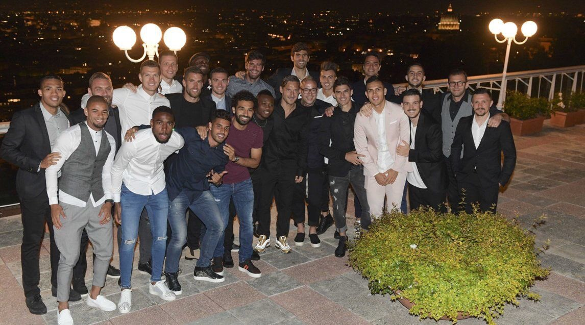 The lads have a night out with &quot;the boss&quot; ... #Tottiday ... #Roma <br>http://pic.twitter.com/Kgind4TIRE