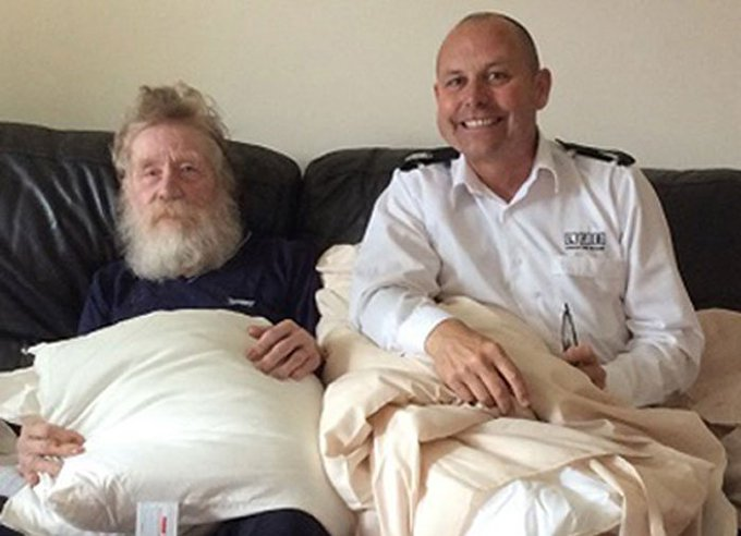 Our fire officer hands fire retardant bedding to vulnerable resident as part of fire prevention scheme https://t.co/WkDKp6zoeF