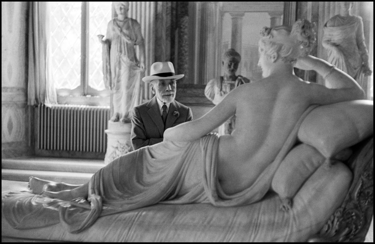 Bernhard #Berenson looking at Pauline #Borghese by Antonio Canova.  #Rome, 1955 #SapereCondiviso #Roma #GalleriaBorghese  Grazie!<br>http://pic.twitter.com/ubvXUQcCeZ