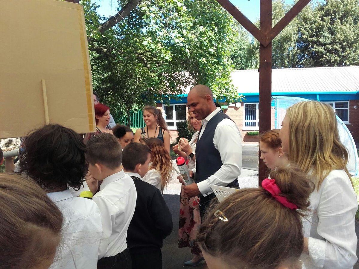 Poo patrolling with @MarvinJRees and @LittleMeadP #poopatrol #sprayday #bristol <br>http://pic.twitter.com/8lWqPL6kw8