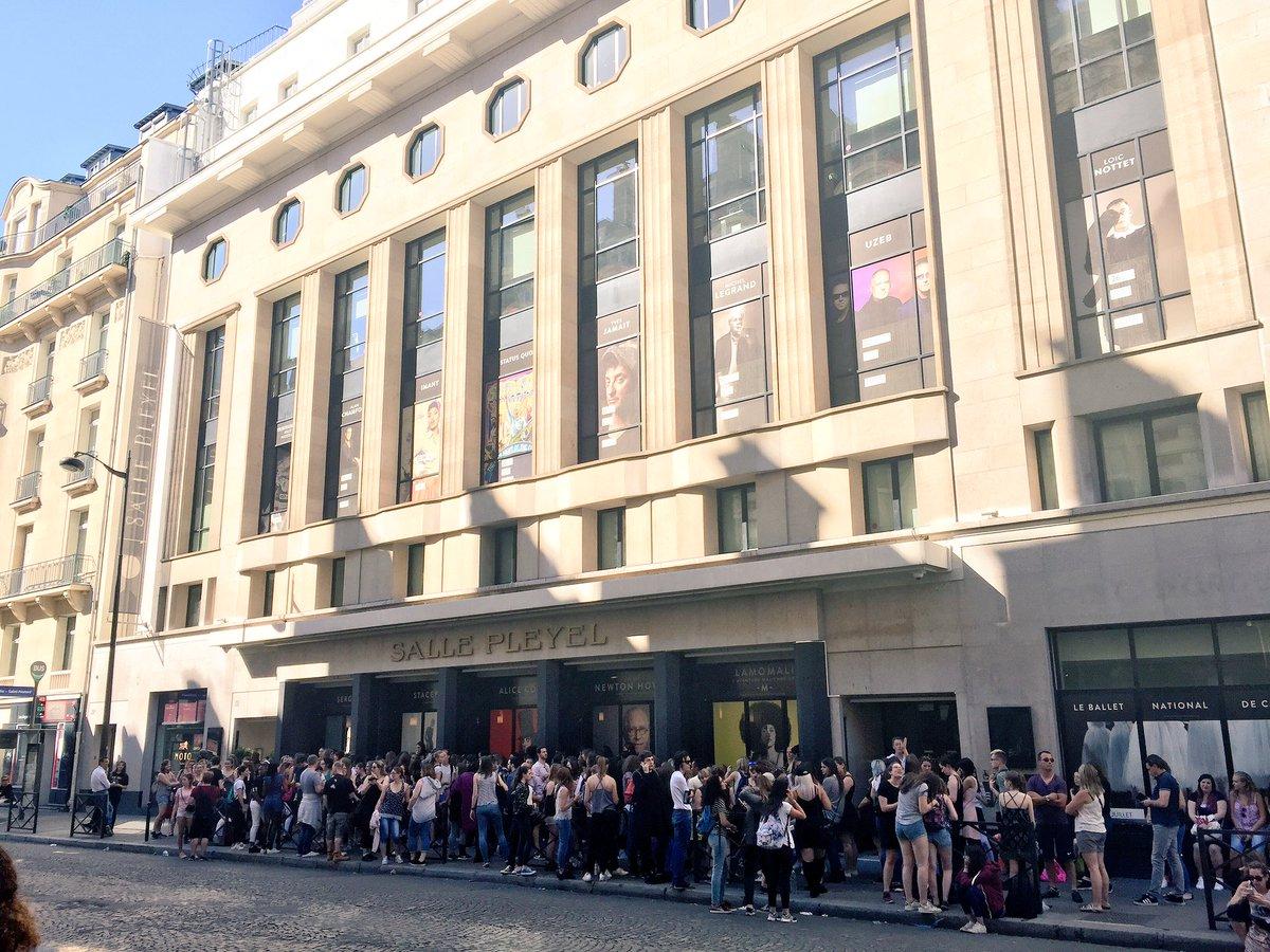 Moins d'une heure avant l'ouverture des portes de la @sallepleyel pour le #concert de @L0oiic . #loicnottet #fan https://t.co/xgNtDHVXX7