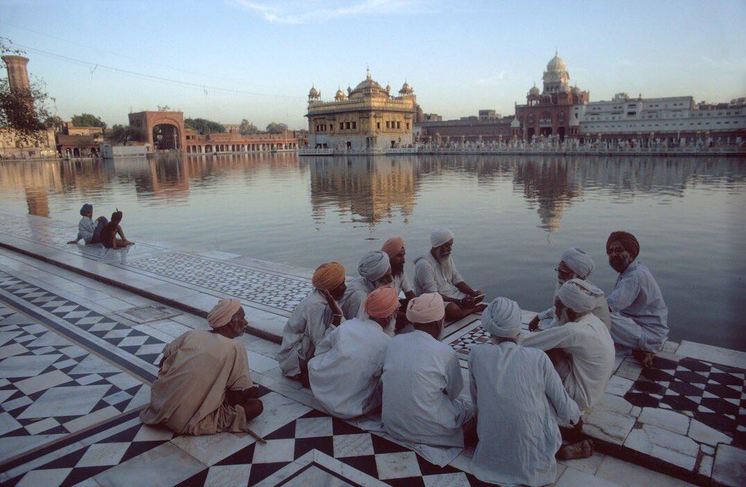 1976 Golden Temple #Amritsar #Punjab by Bruno Barbey @EhMeraPunjab #70s <br>http://pic.twitter.com/SiqlIBDVsK