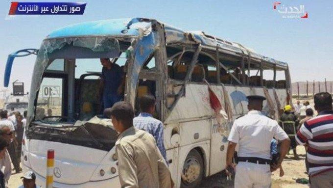 Photo du bus attaqué par des assaillants faisant plus de 20 morts à #minya en #Egypte (Alhadath) https://t.c