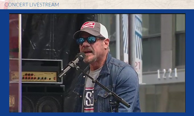 Keep watching @philvassar LIVE! He is streaming at https://t.co/QXCEDiSHiP! #foxconcert @the_USO