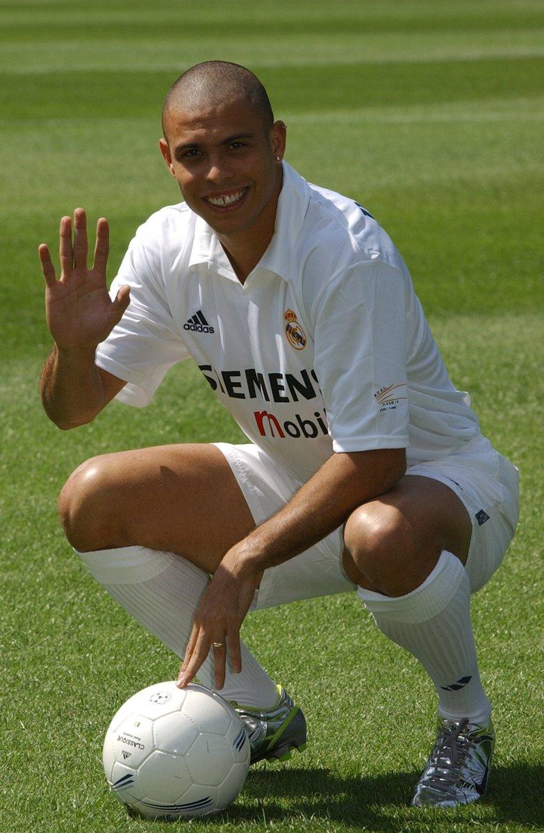 El Real Madrid reveló a su nuevo fichaje, Ronaldo, en 2002.  #Flashbac...