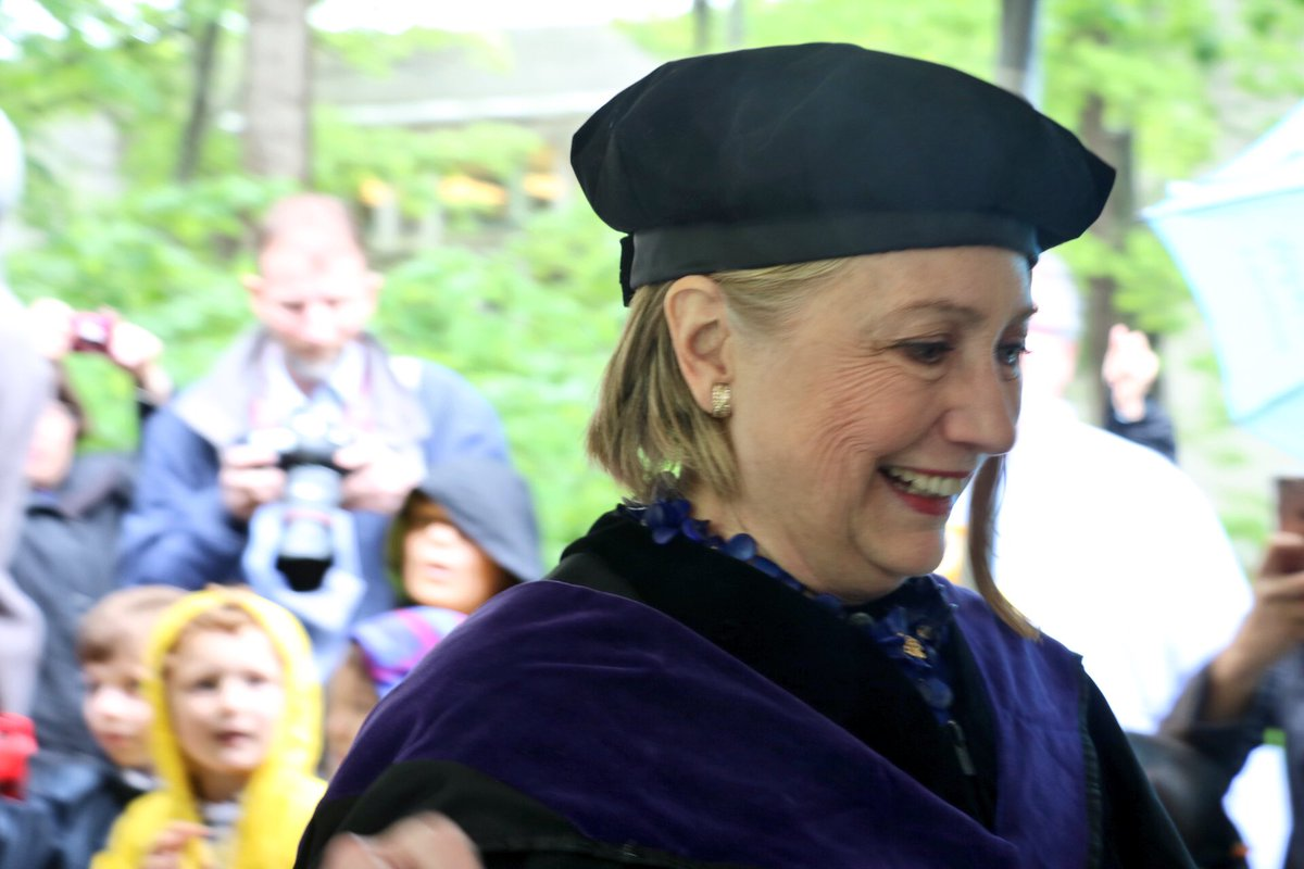 .@HillaryClinton processing into #Wellesley2017 Commencement! https://...