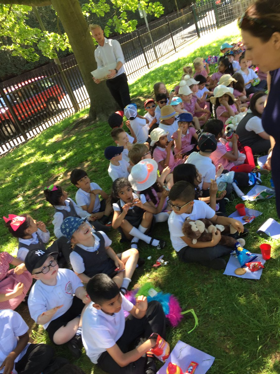 Year 2 were joined by year 1 this afternoon for the sunny Teddy bear&#39;s picnic. #treats #endofterm #ks1fun #picnic #sharing <br>http://pic.twitter.com/2uAuT4zQR9