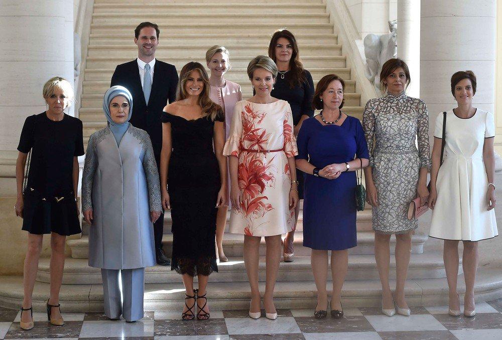 Marido do premiê de Luxemburgo chama a atenção ao lado de primeiras-damas durante reunião da Otan https://t.co/nyNTTUj9bK #G1