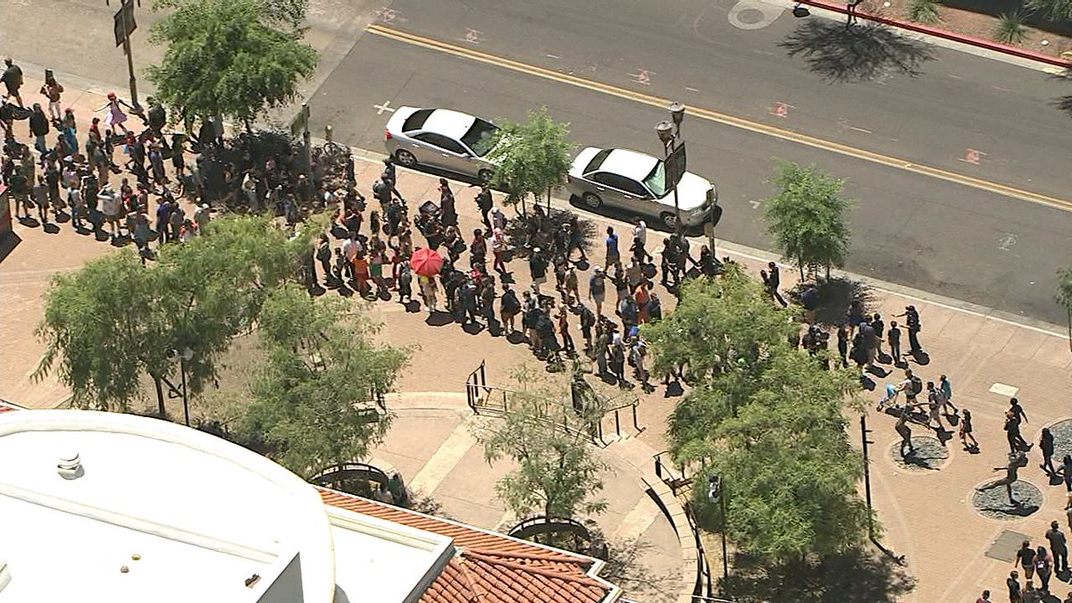 Heading to Comicon this weekend? We are seeing LONG lines downtown after armed man was arrested yesterday: https://t.co/mhsu5hq82O #abc15