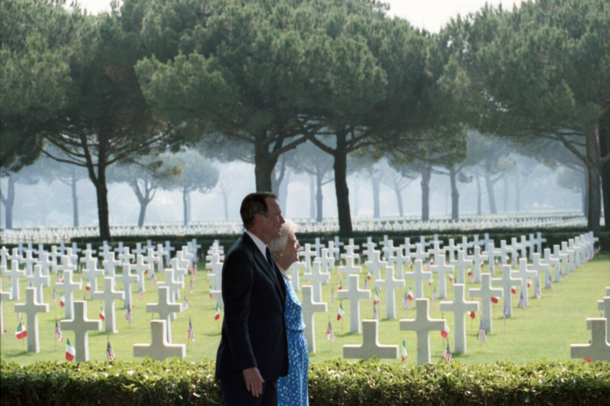 Bush Library On Twitter Georgehwbush And Mrs Bush View Graves At