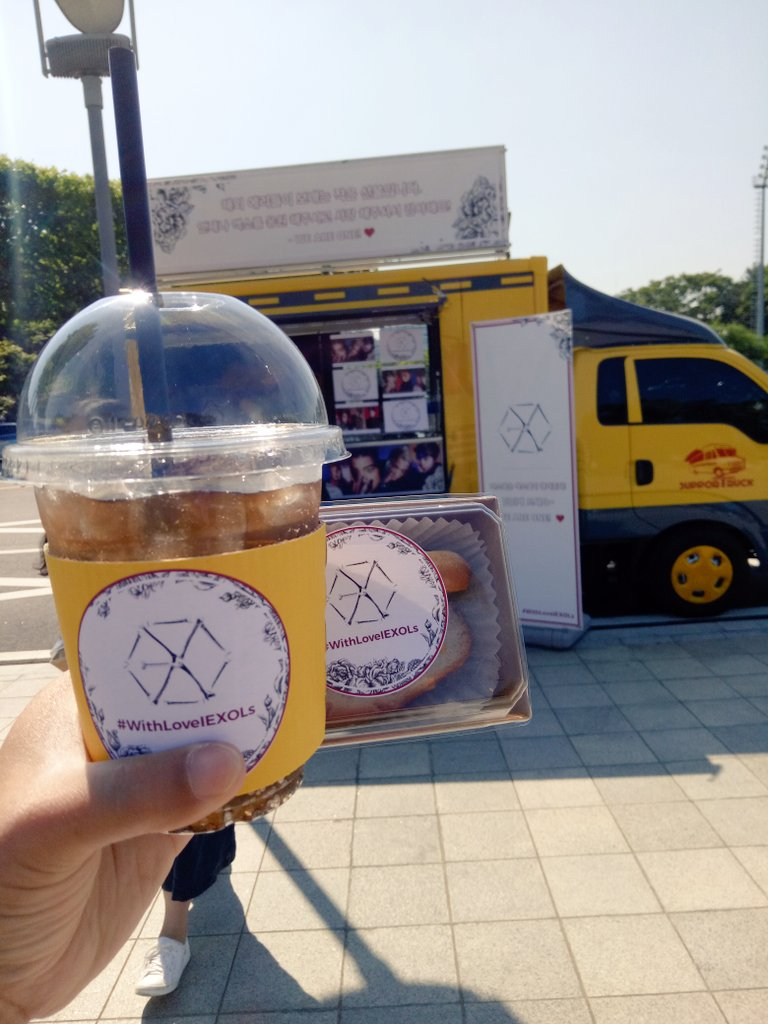 EXO&#39;s Food support  #EXOrDIUMdotinSeoul #5yearswithEXO <br>http://pic.twitter.com/Eupi6l7AbC