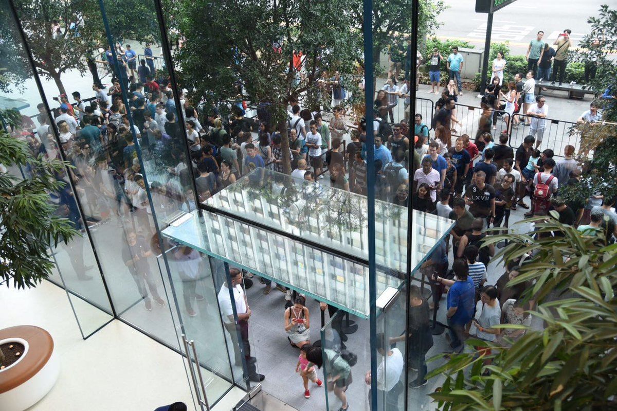 NOW OPEN: #Apple&#39;s 1st store in Singapore attracts hundreds at launch this morning; SVP @AngelaAhrendts also spotted  http:// cna.asia/2qsR4o4  &nbsp;   <br>http://pic.twitter.com/5FLGTOSKJv