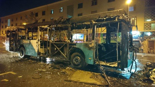 RT @Cooperativa [Actualización] Encapuchados lanzaron bombas molotov para incendiar bus del Transantiago https://t.co/ohKnpElQ4Y