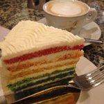 食べたからのお楽しみ?マルタ島で食べたカラフルケーキの味w