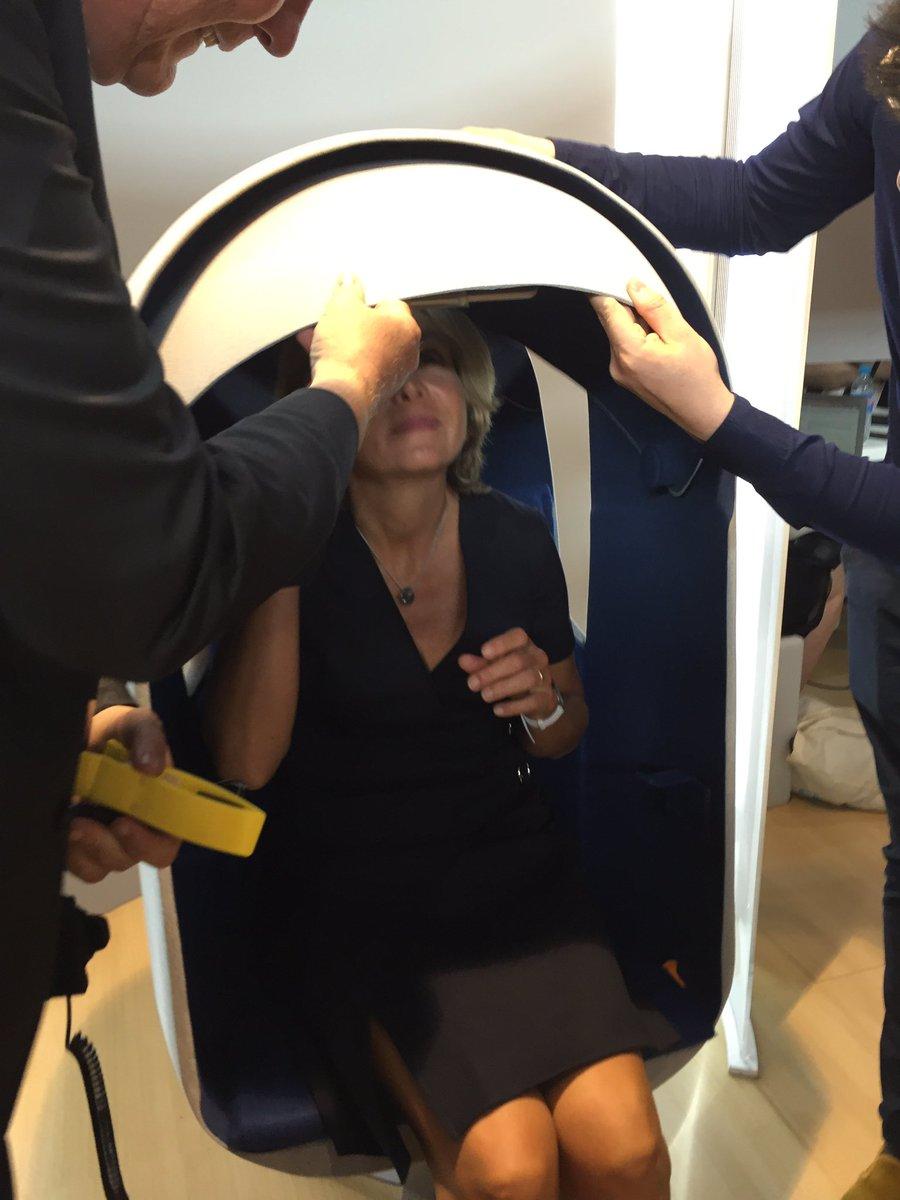 .@vpecresse teste son niveau de stress sur notre fauteuil connecté fruit d'un partenariat avec @programme_cpi et @codesna #Fens2017
