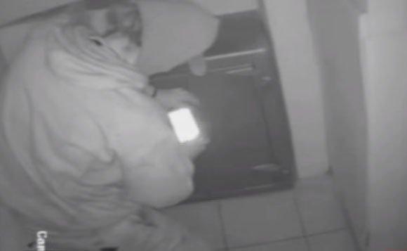 Cámaras registran robo a casa de cambio forzando caja fuerte