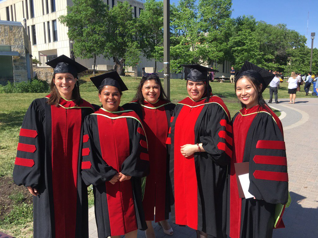 #umanitoba2017 with our #Immunology PhDs @UM_RadyFHS #WomenInSTEM #ProudMomentForMentors https://t.co/gJViLSSVeO