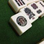 まさかの麻雀の牌の中に「スタバ」のロゴ!?確かに似ている