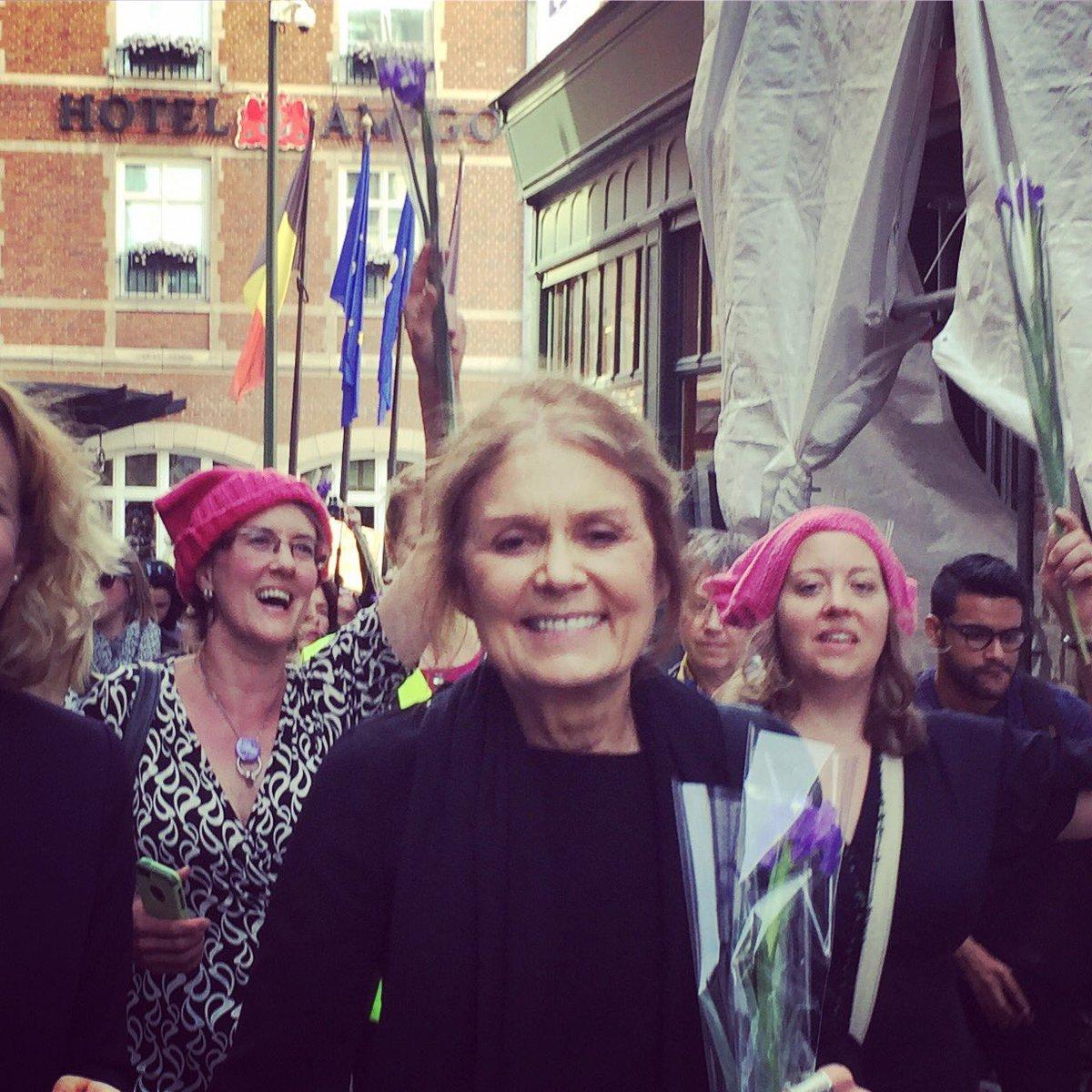 Gloria Steinem podczas demonstracji w Brukseli