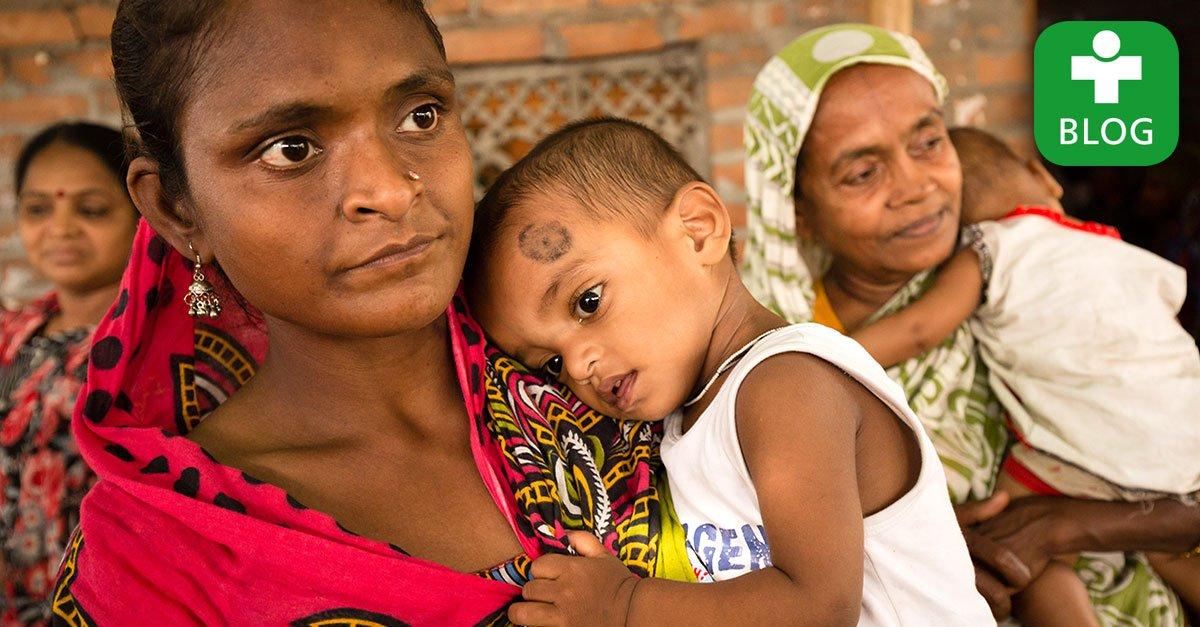 """""""Eine bunt gekleidete Menge von Patienten wartet auf uns."""" Dr. Leonhardt berichtet von seinem Einsatz in #Kalkutta: https://t.co/Ko6ZHNyNBl https://t.co/oSiHrFsN3b"""