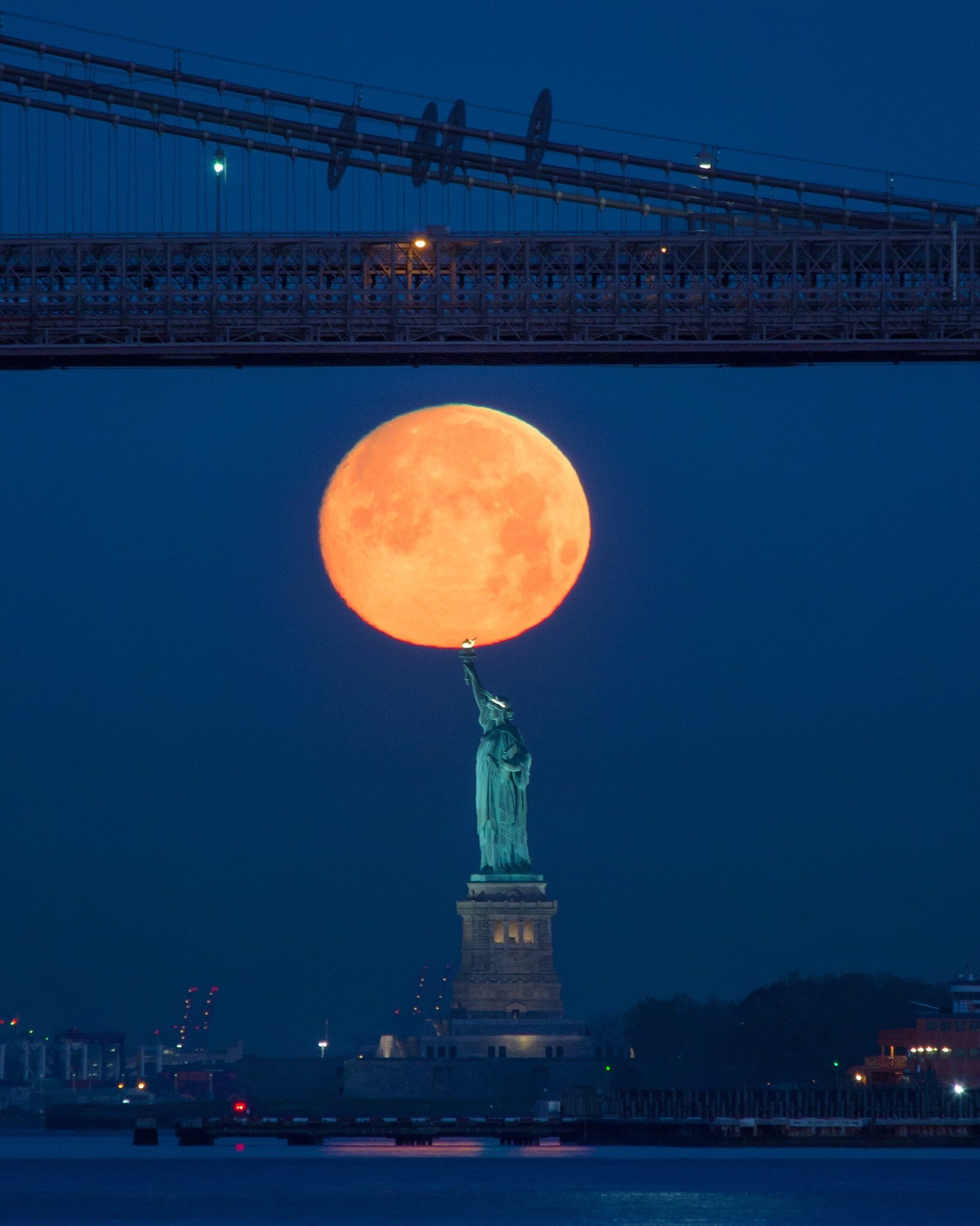 EPIC! The strawberry Moon seen from New York City, NY. Photo credit: @maximusupinNYc #NYC #Moon #Space https://t.co/ZumHtXW80C