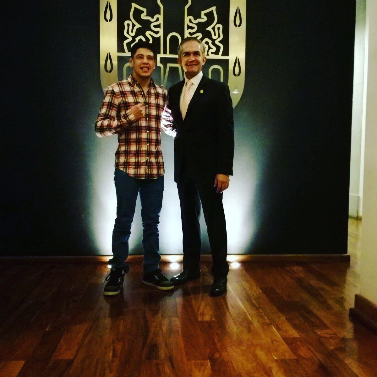 Ultimo día de promoción, todo el agradecimiento a Miguel Angel Mancera por el recibimiento en palacio de gobierno 👌👌 #CDMX !! https://t.co/wr65zB2r3r