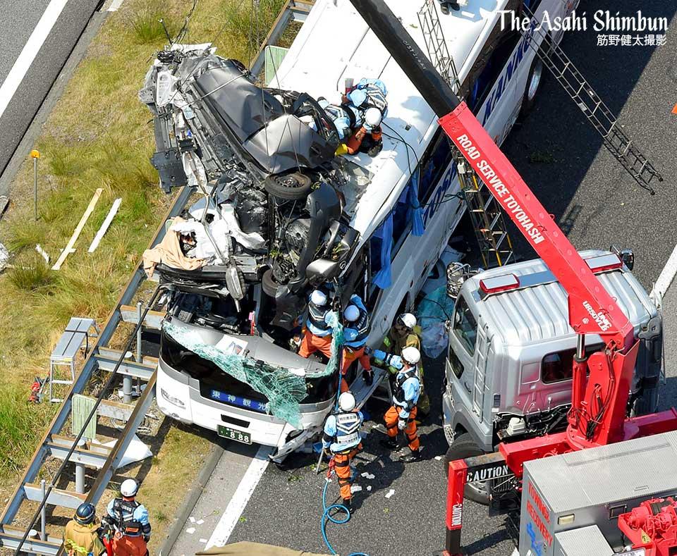 t.asahi.com/neyq10日午前7時半ごろ、愛知県新城市の東名高速上り線で観光バスと乗用車が衝突しました。乗用車がバスの前方上部に衝突しているようです。救助活動が続けられています。本社ヘリから筋野カメラマン撮影。(晋) pic.twitter.com/bcR4FnGJQt