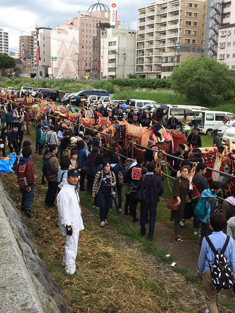 #チャグチャグ馬コ 長旅を終えた馬達が休んでいる中津川河川敷は、馬達と触れ合う人たちで賑わってます チャグチャグわんこも駆けつけています https://t.co/8duwsvLmwG