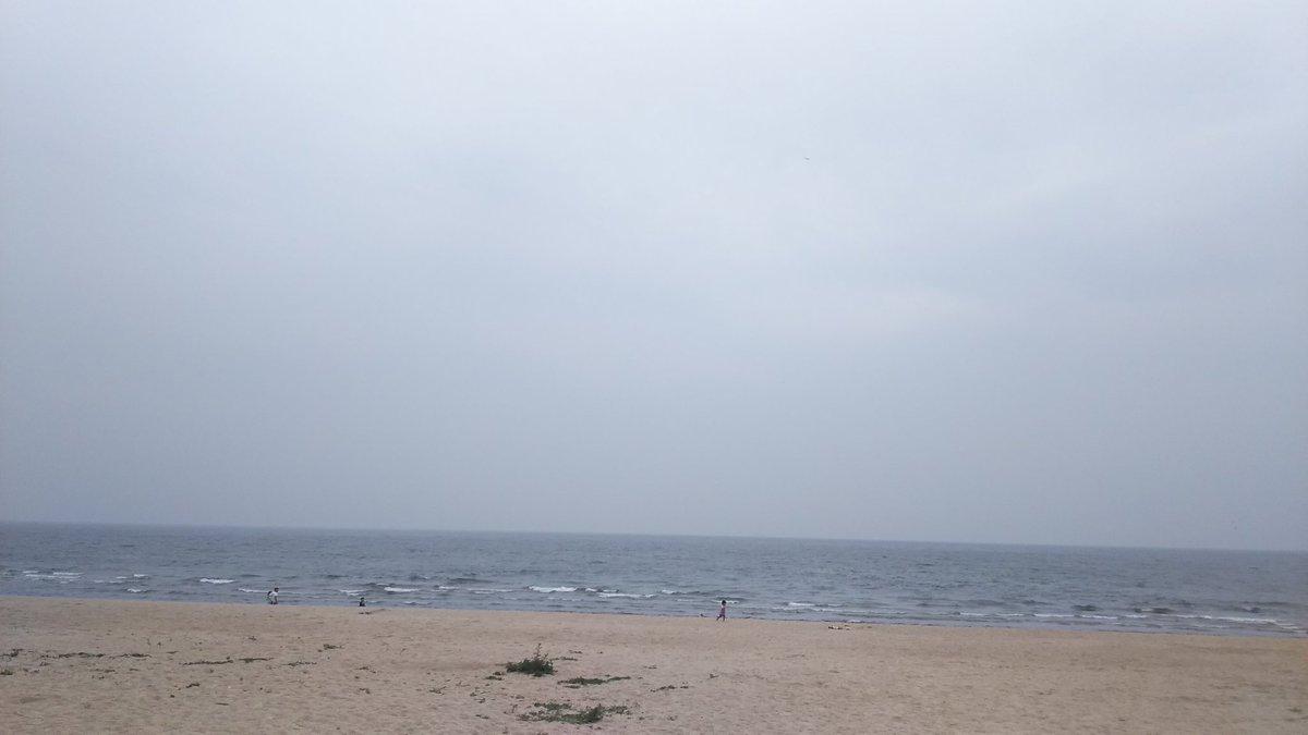 世界よこれが虹ヶ浜海水浴場だ。  まだ海開いてないね。  あ、外人さんが入っていった…   #探さないでください https://t.co/IzGS6zZJVS
