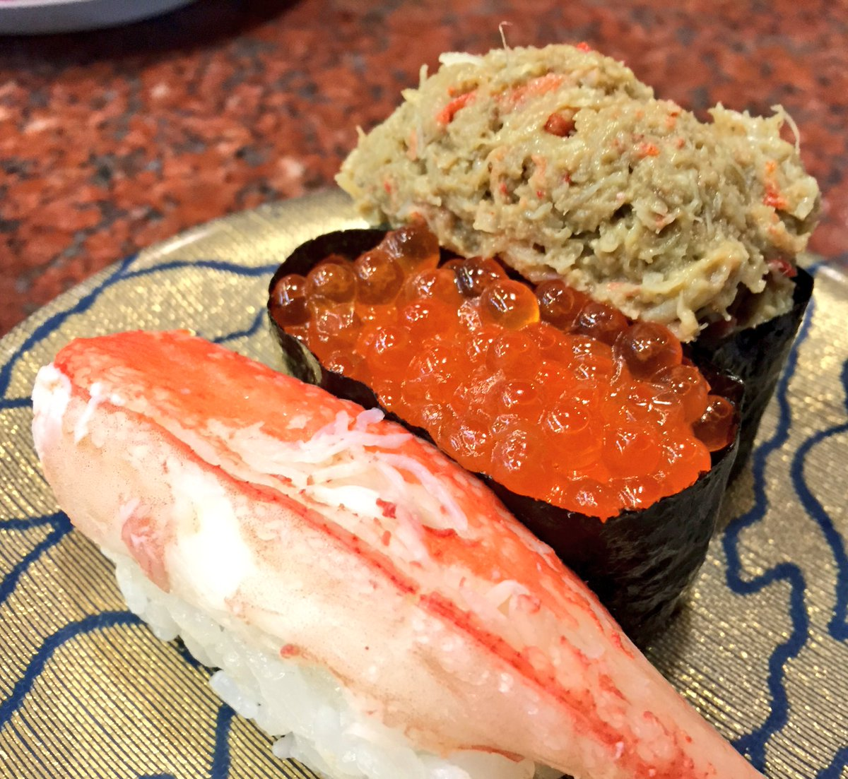 北海道の回転寿司がすごい!いくらがこぼれ落ちてるwww