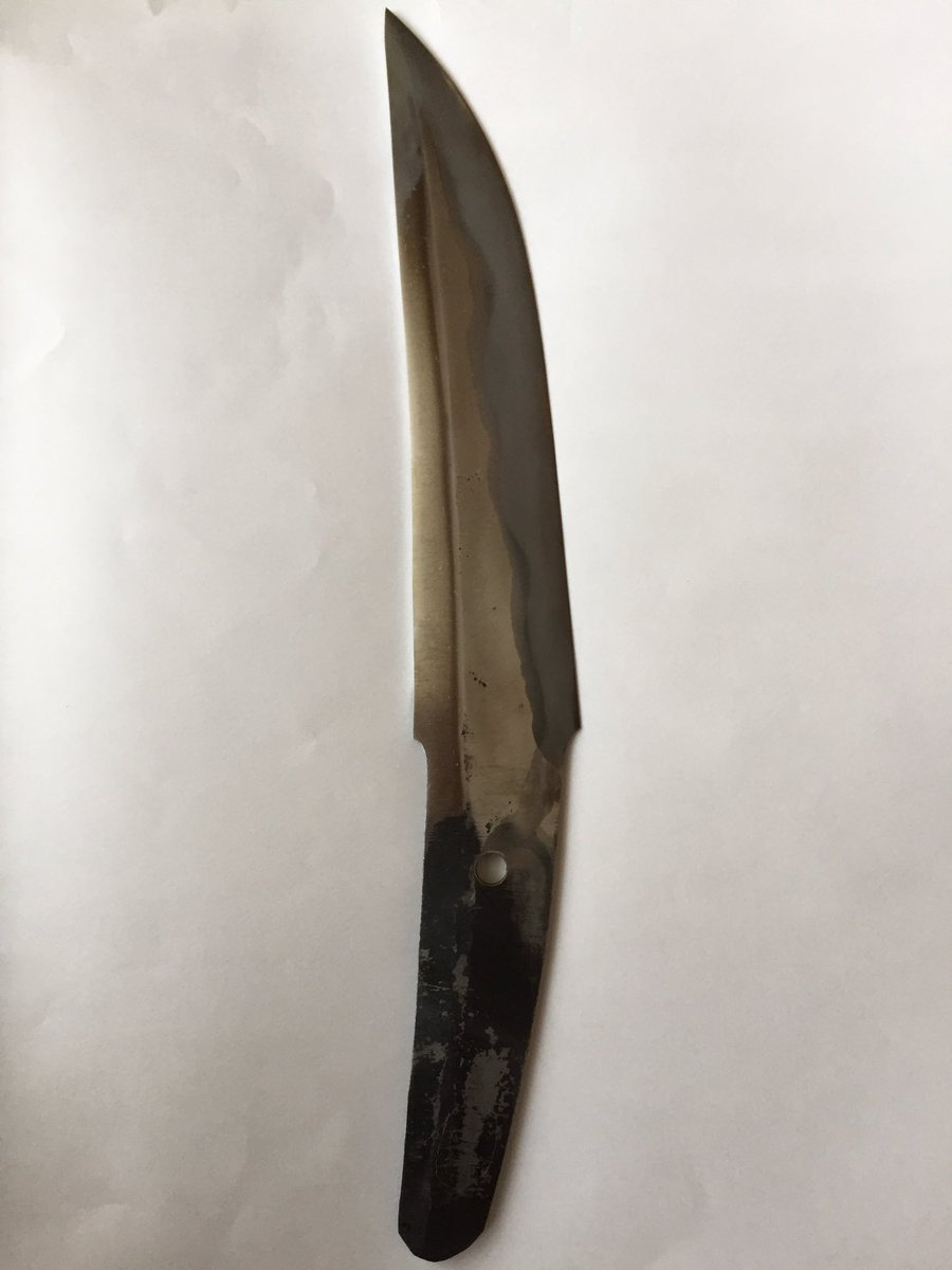 焼入れしたナイフが研ぎ上がって戻ってきた(*´ω`*) はぁーステキ(*´ω`*) 愛でてる。  拵は自分の勉強兼ねて頑張って作ることにした。とりあえずパラコード巻いとこう。