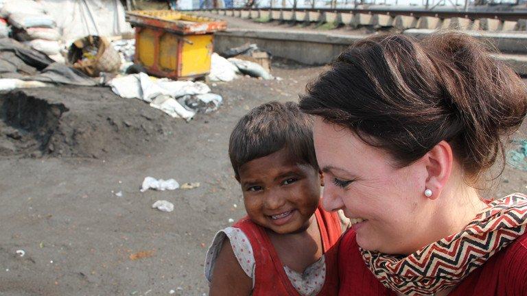 Seit 7 Jahren verzichtet sie auf ihren Urlaub, um mit @germandoctors in #Indien zu helfen. Nathalies Geschichte: https://t.co/cvQUKWsWM4 https://t.co/iAOZAfqMXK