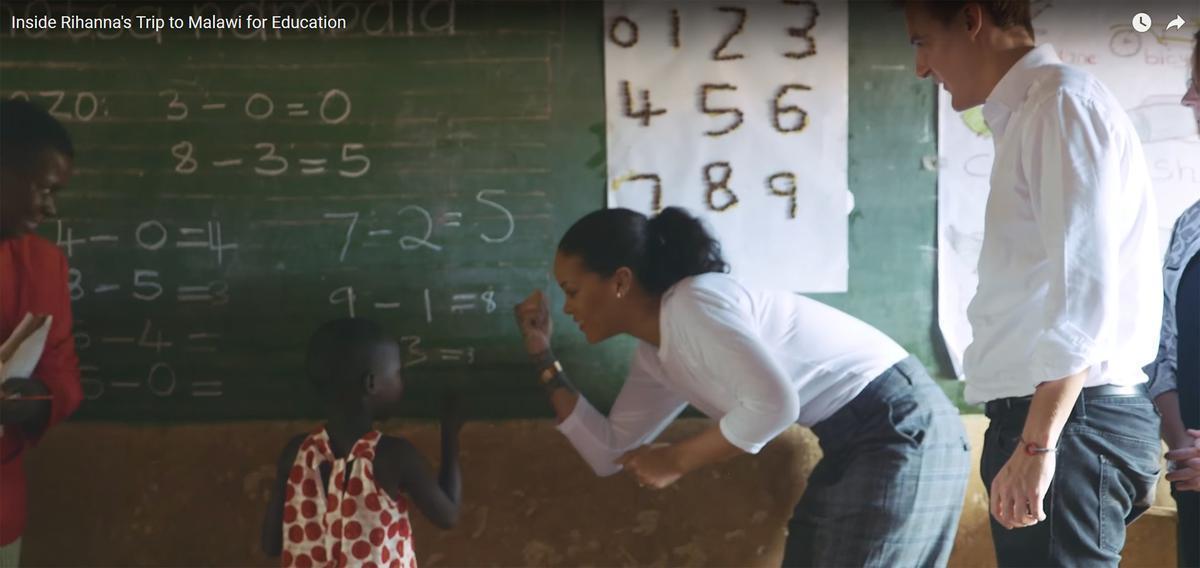 Loin des strass et des excès, #Rihanna apprend à calculer à des #enfants du Malawi >> https://t.co/MOknH0ooaa