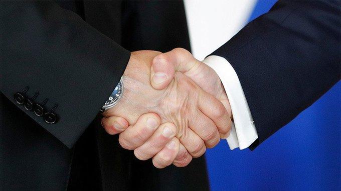 #Macron et #Poutine échangent une poignée de main cordiale, loin des bras de fer avec #Trump (VIDEOS) https://t.co/CDKysuuU3z